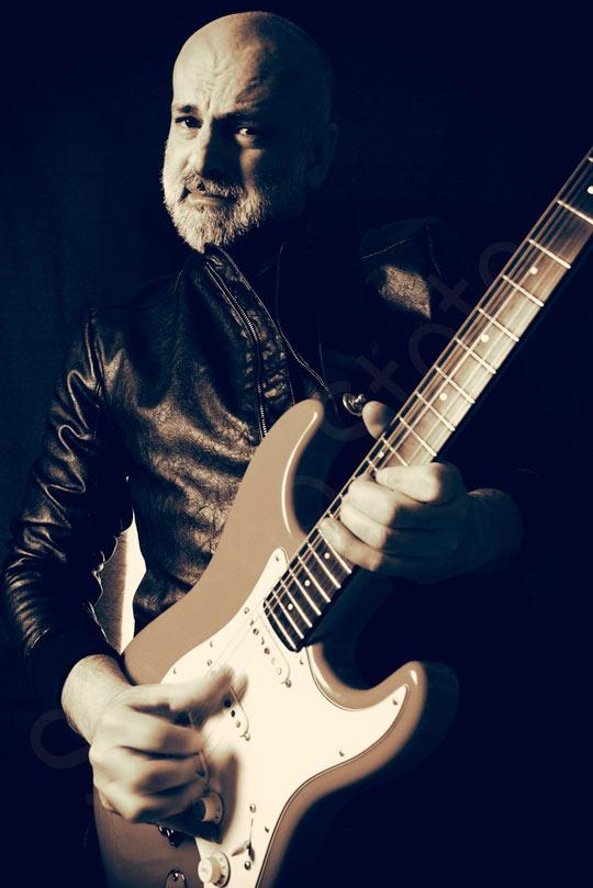 Stefano Stoto con chitarra stratocaster